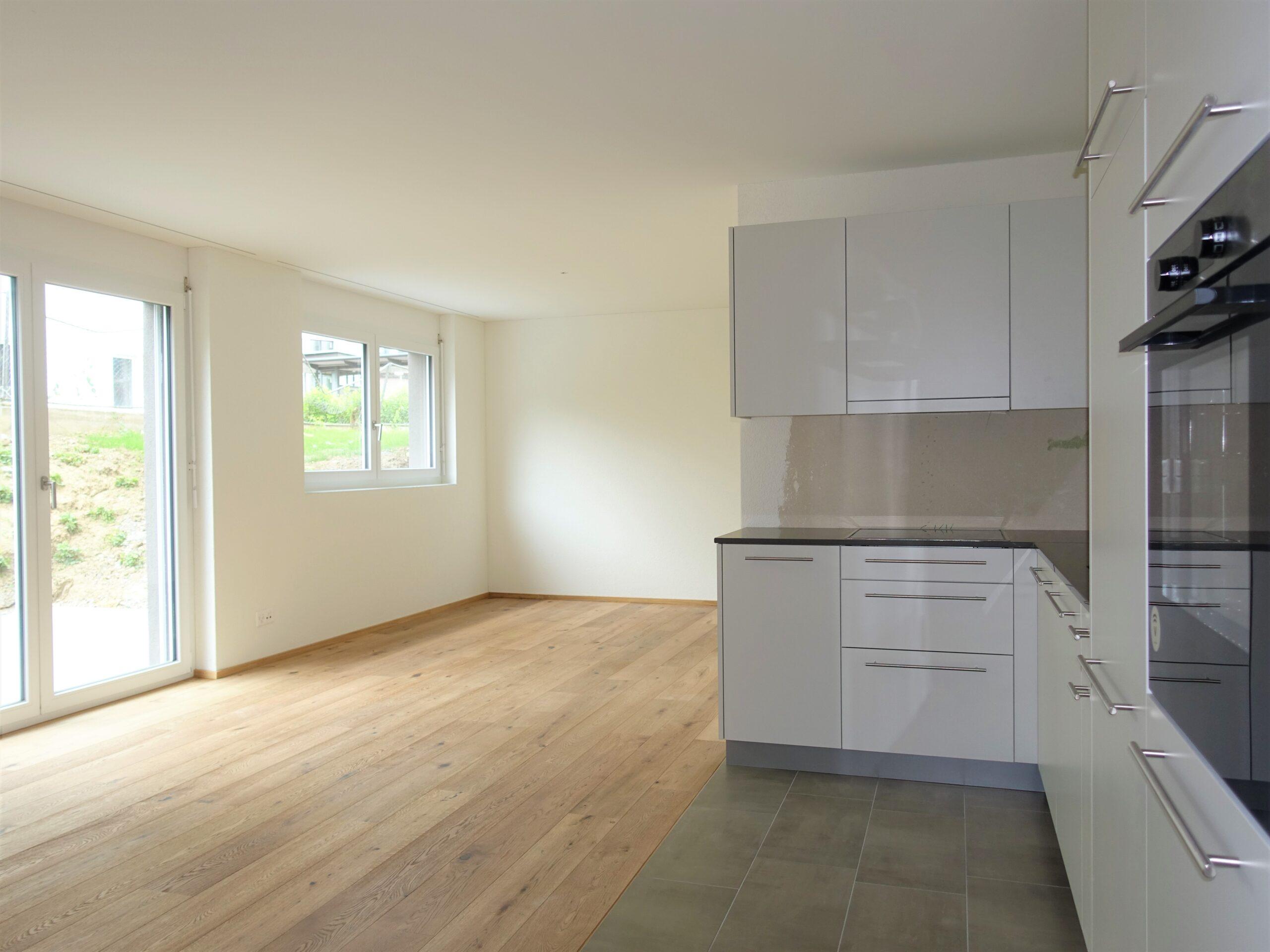 Erstvermietung Unterkulm, attraktive 2.5 Zimmer Wohnung im Erdgeschoss mit Sitzplatz